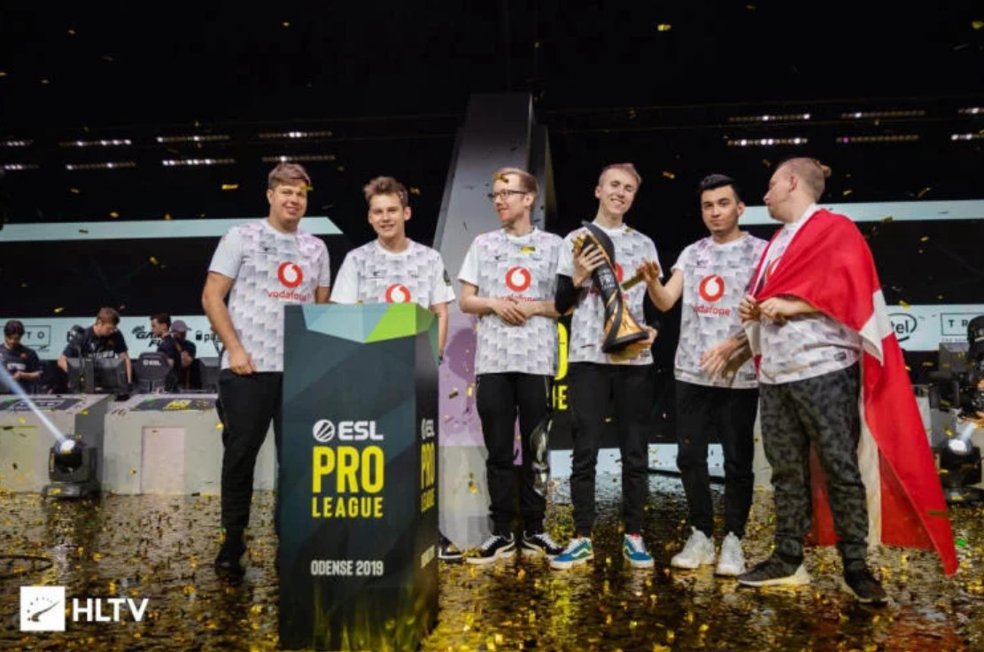 Mousesports celebrating their Pro League Season 10 victory.